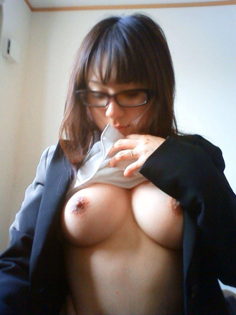 裸になって巨乳を自撮り (13)