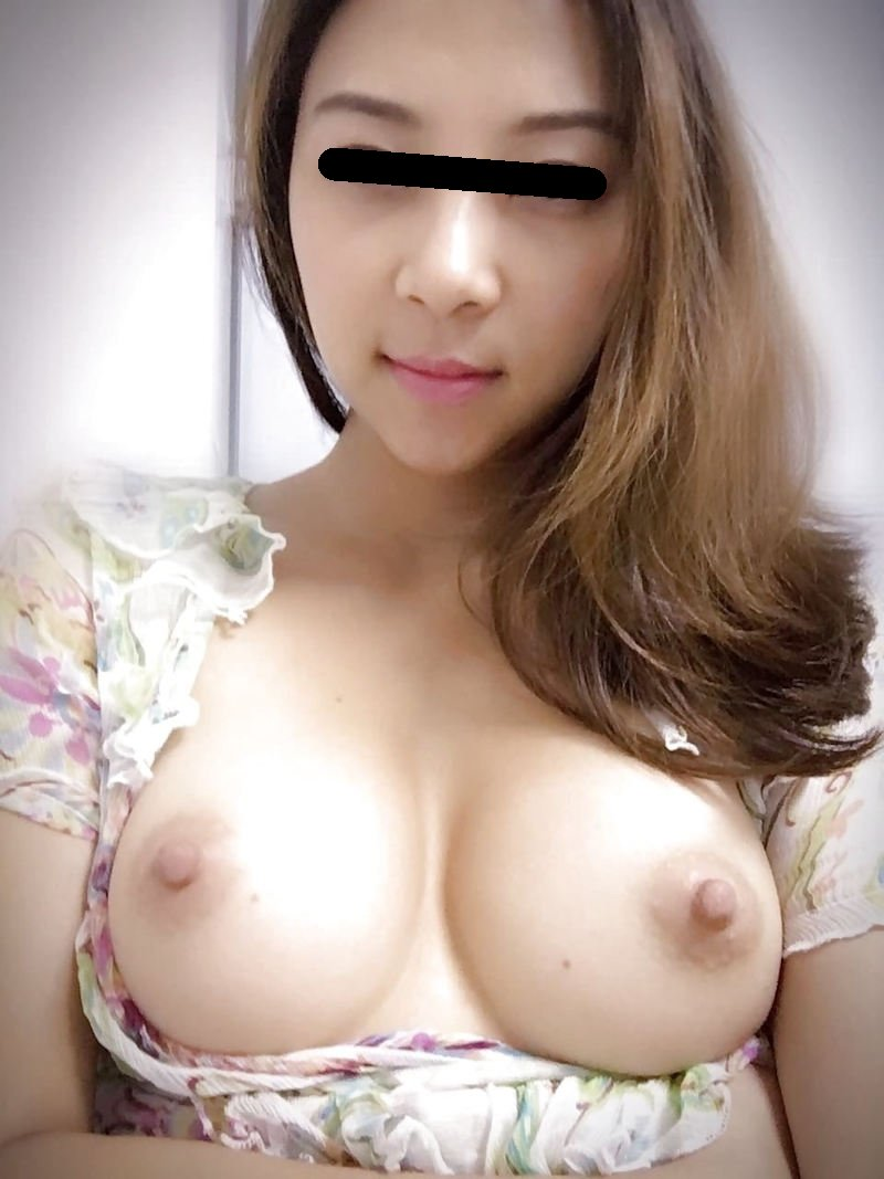 裸になって巨乳を自撮り (14)