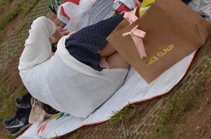 公園でパンチラしてる素人さん (7)