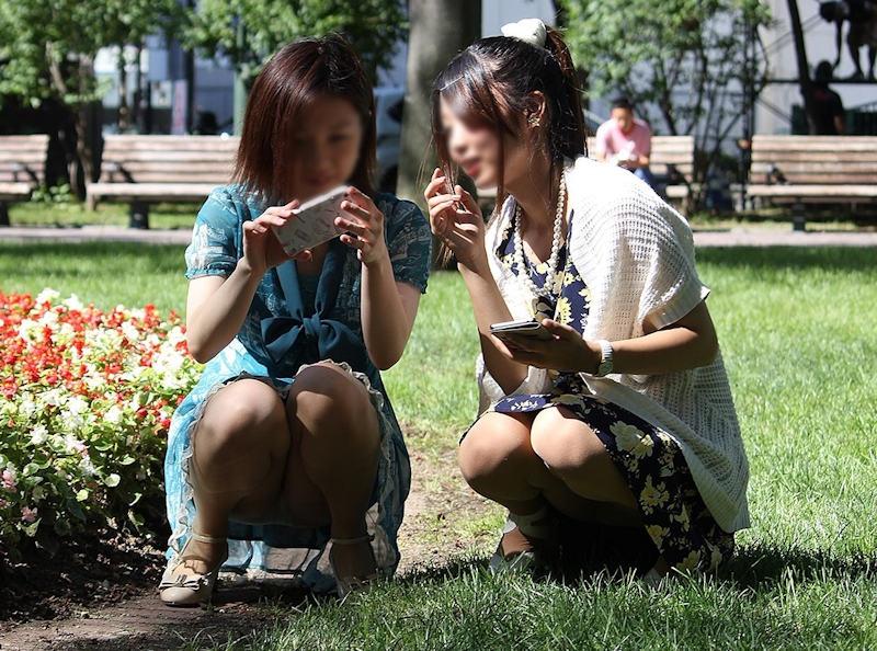 公園でパンチラしてる素人さん (10)