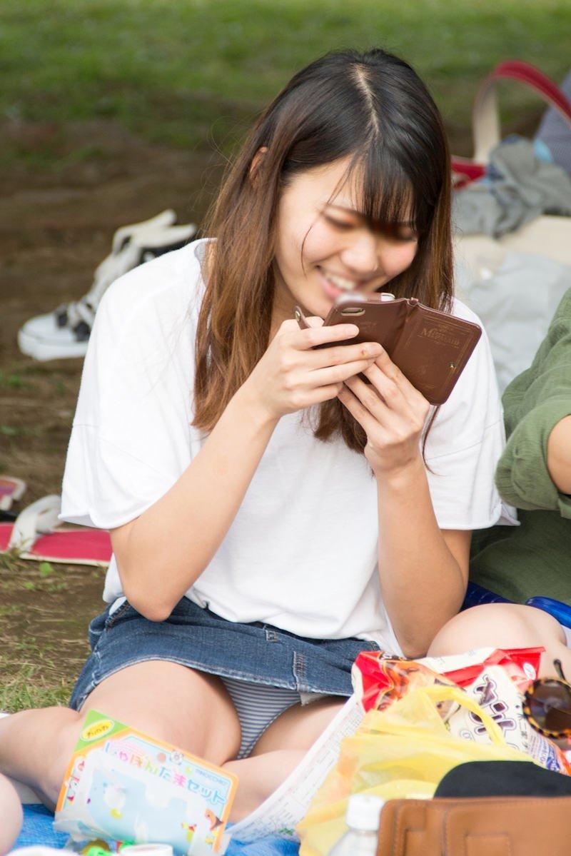 公園でパンチラしてる素人さん (5)