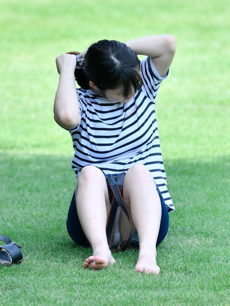 公園でパンチラしてる素人さん (4)