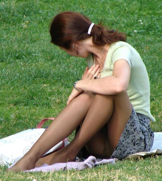 公園でパンチラしてる素人さん (17)