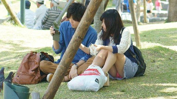 公園でパンチラしてる素人さん (15)