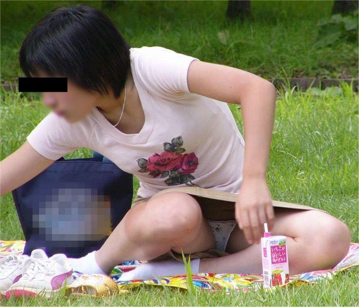 公園でパンチラしてる素人さん (11)