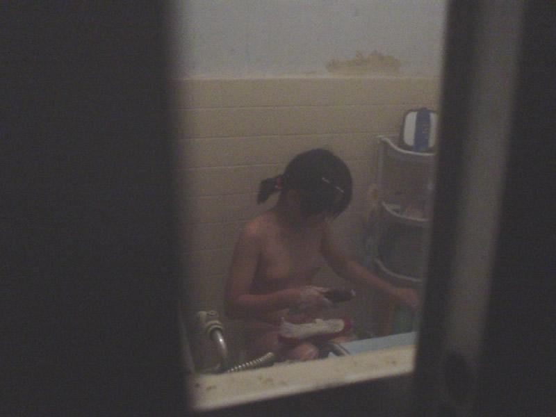 風呂場の窓から見えたヌード女性 (13)