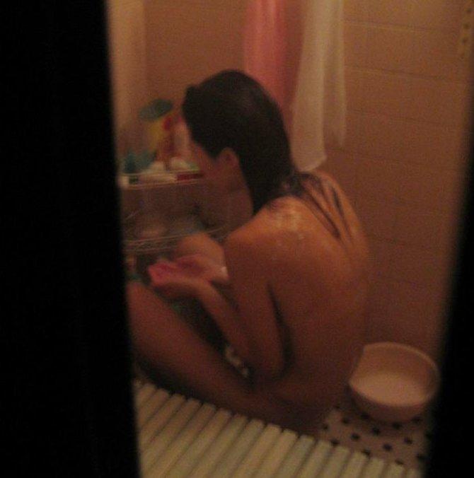 風呂場の窓から見えたヌード女性 (9)