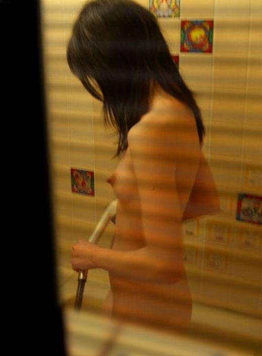 風呂場の窓から見えたヌード女性 (17)
