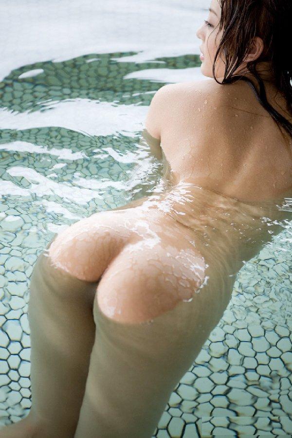 お湯から浮かび上がる美尻 (2)