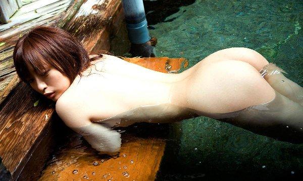 お湯から浮かび上がる美尻 (4)