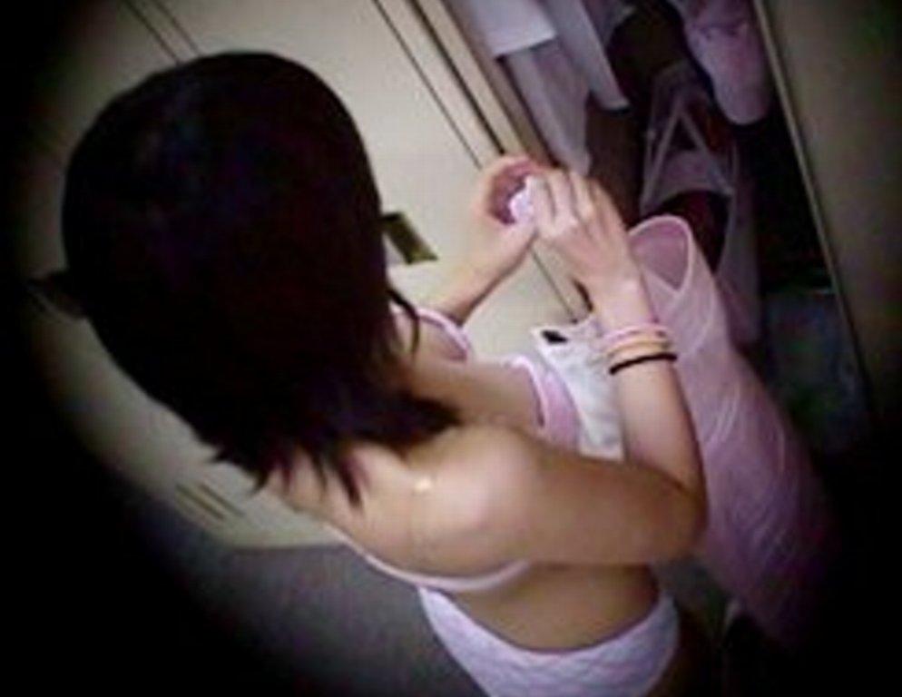 更衣室で脱衣中の女性 (17)