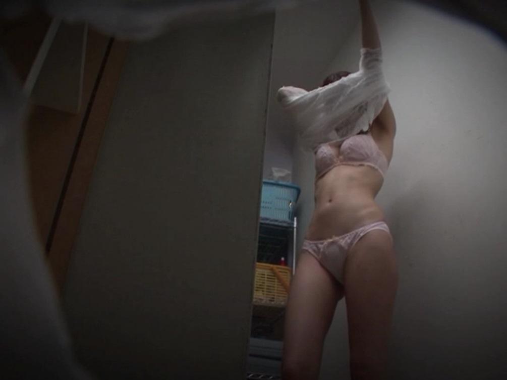 更衣室で脱衣中の女性 (7)