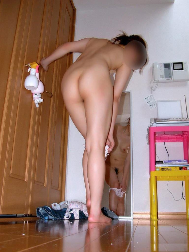 自宅で半裸状態の彼女や奥さん (14)