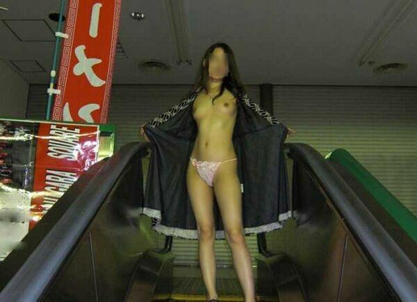 店内露出で服を脱ぐ素人さん (10)