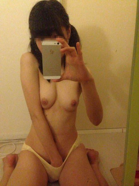 鏡を使って裸を自撮りする女子 (13)
