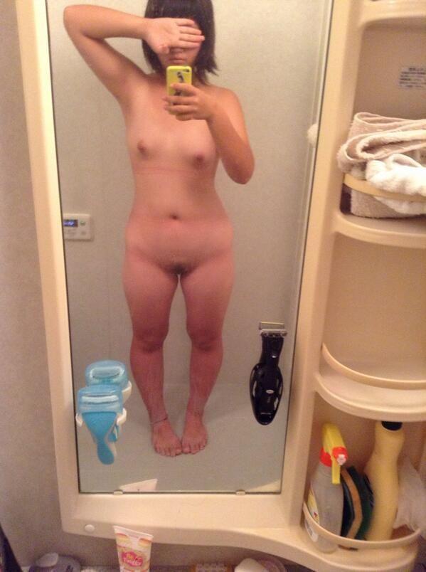 鏡を使って裸を自撮りする女子 (8)