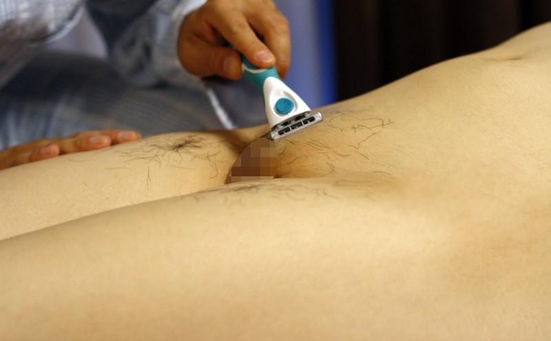 陰毛を剃られてる女性 (6)