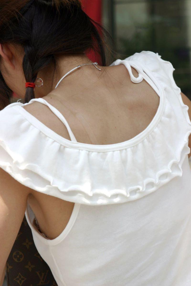 ノースリーブから見えた横乳と乳首 (2)