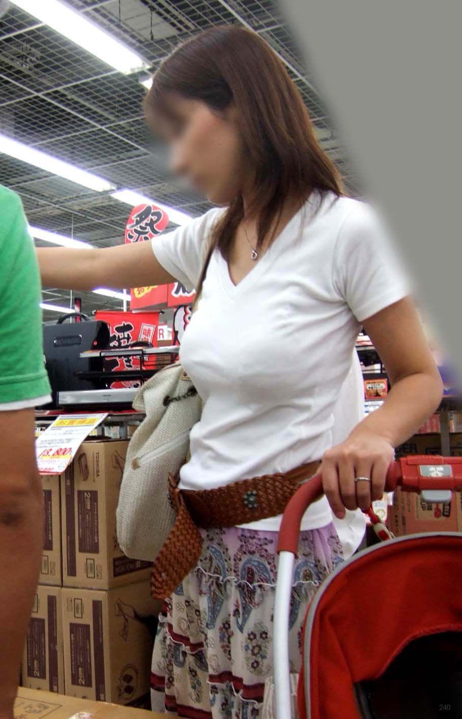着衣巨乳の子連れ人妻 (9)