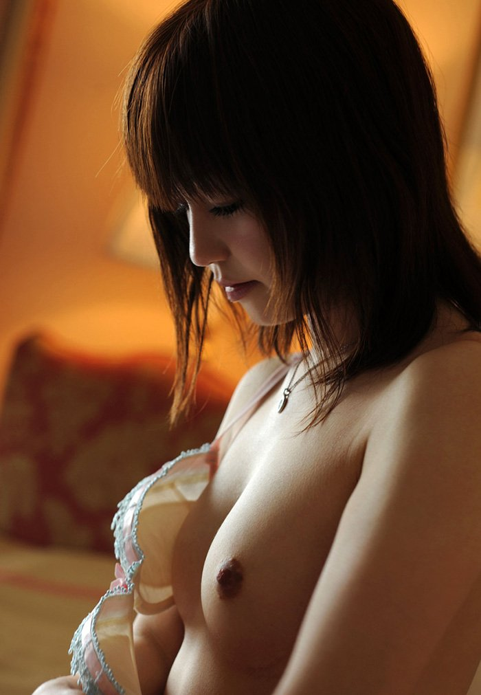 ブラジャーを脱いで美乳を露出 (6)