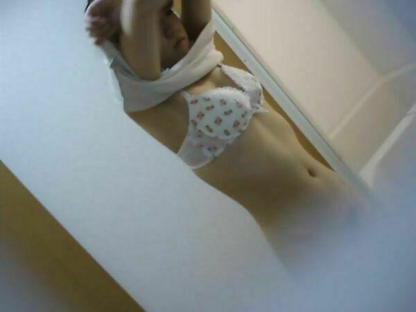 更衣室で着替え中の女の子 (5)
