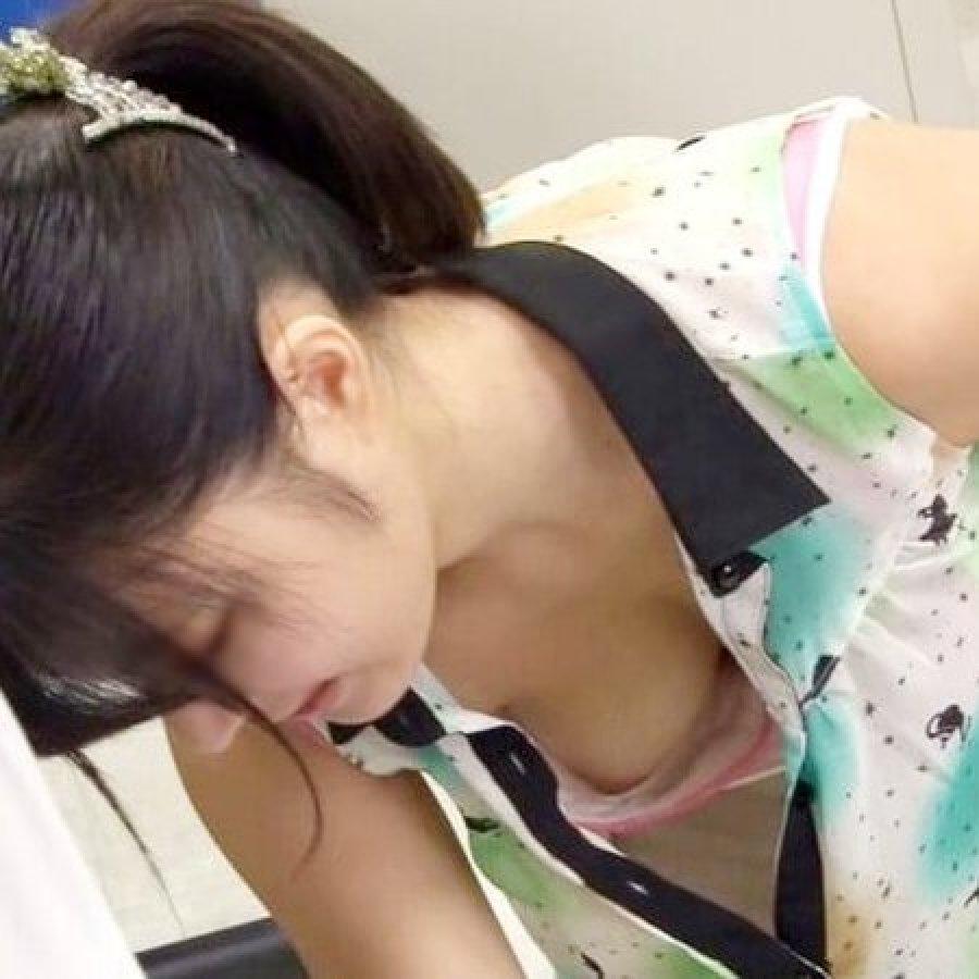谷間や乳首が見えてる女子 (1)