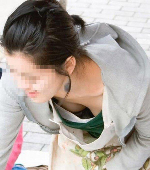 谷間や乳首が見えてる女子 (4)