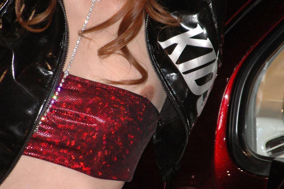 綺麗なコンパニオンのハプニング胸チラ (11)