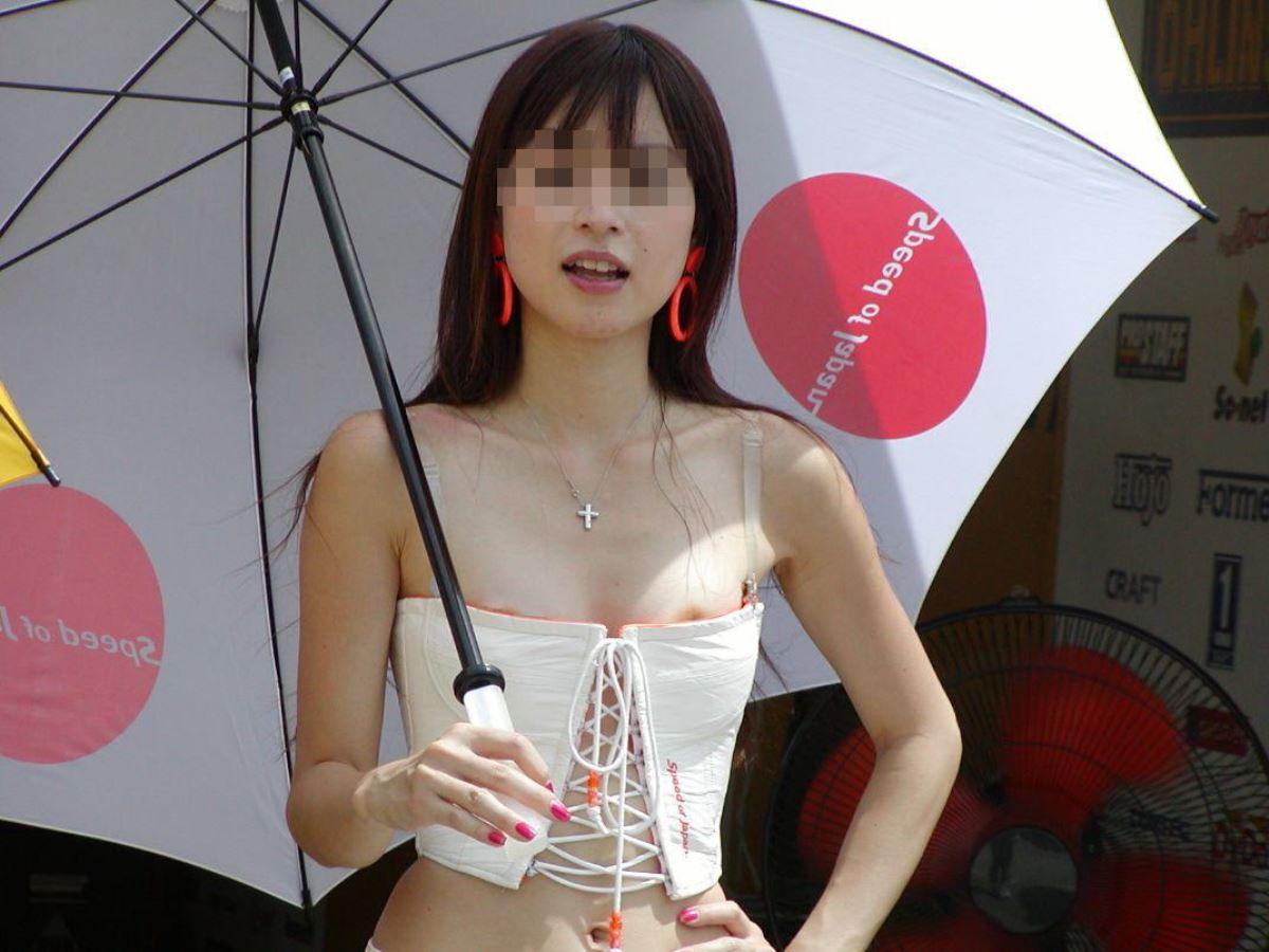 綺麗なコンパニオンのハプニング胸チラ (13)