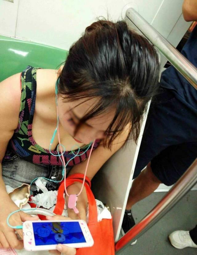 電車内で発見した胸チラ (6)
