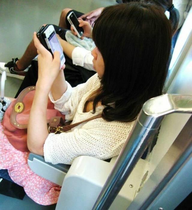電車内で発見した胸チラ (8)