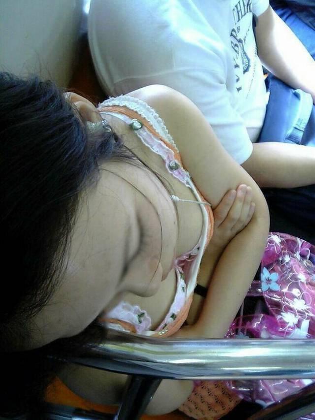 電車内で発見した胸チラ (2)
