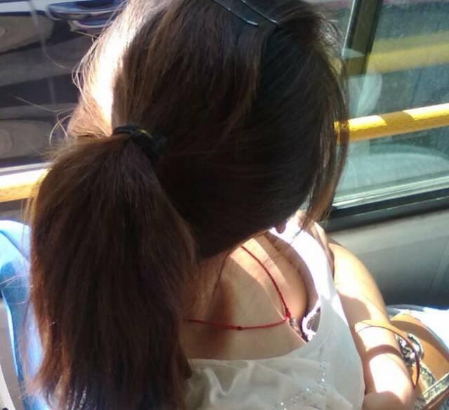 電車内で発見した胸チラ (10)