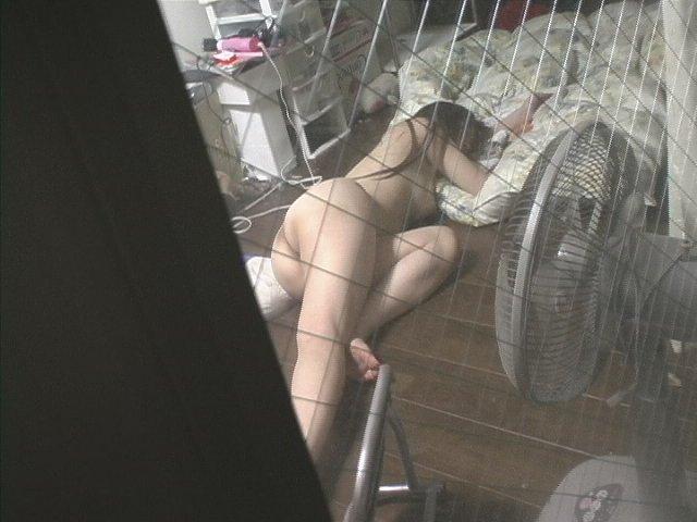 窓から見えちゃった全裸女性 (13)