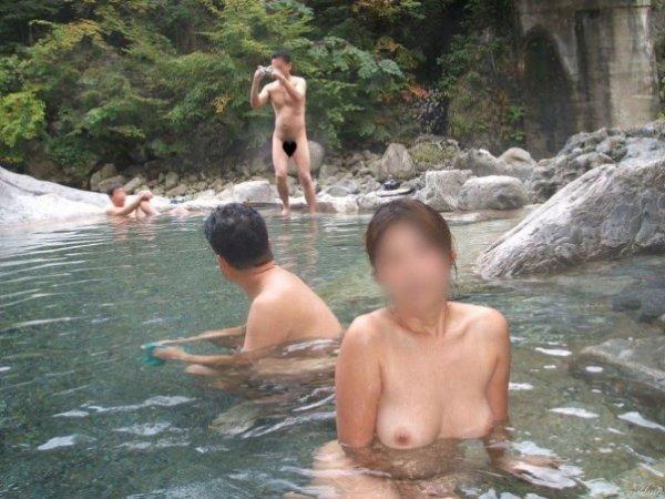 素っ裸で混浴の温泉に入る女性 (5)