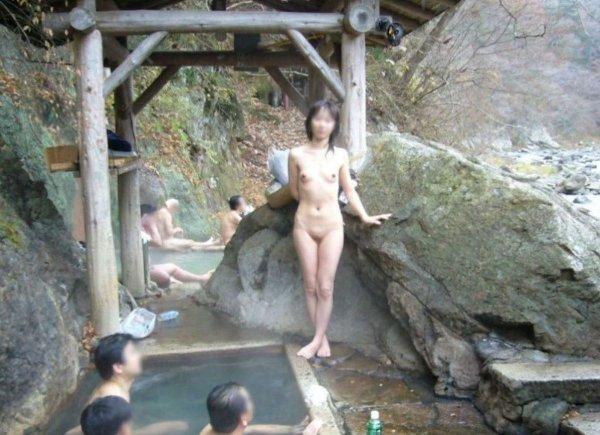 素っ裸で混浴の温泉に入る女性 (13)