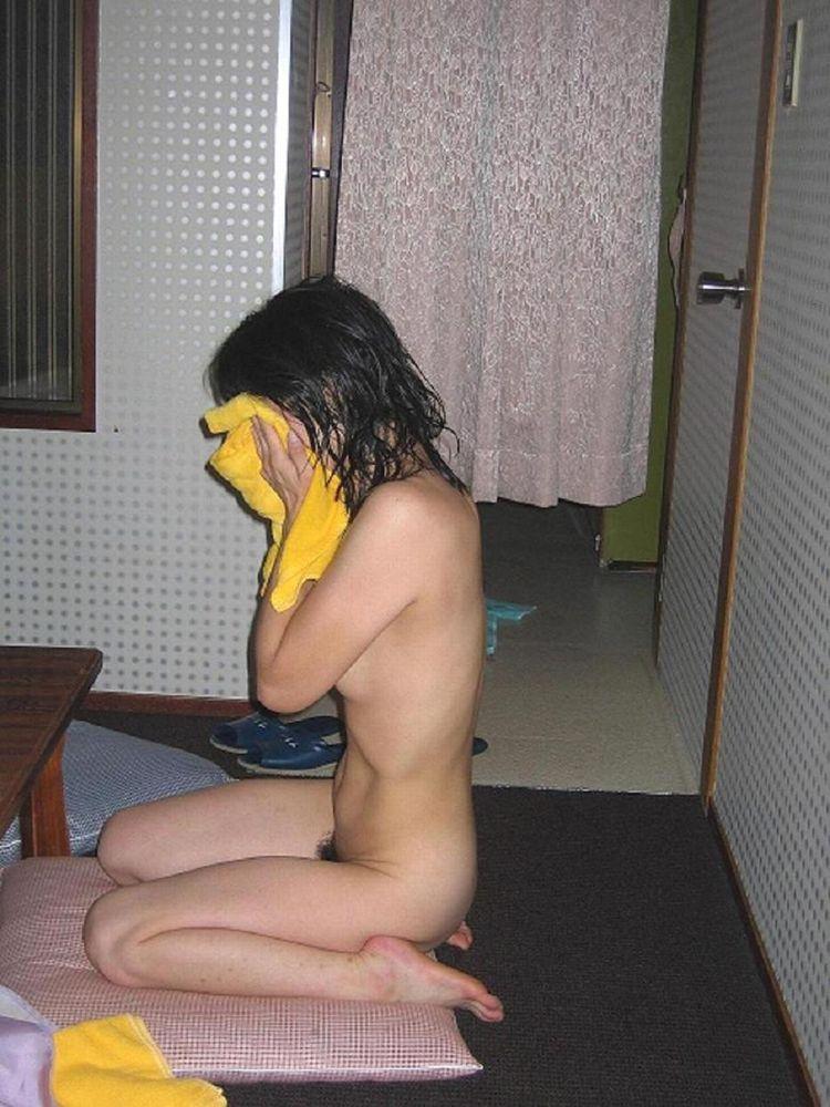 部屋で下着姿や全裸姿を晒す素人女子 (15)