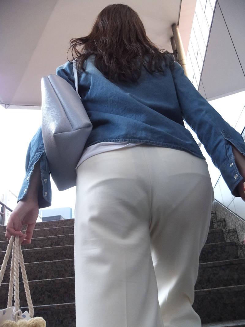透けパンしたまま気付かない女性 (3)