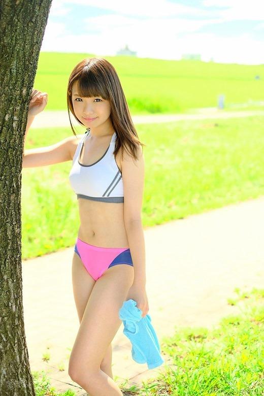 スポーツブラジャーを装着する女子 (4)