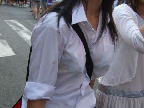 制服からブラジャーが透けまくり (5)