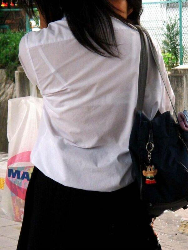 制服からブラジャーが透けまくり (8)