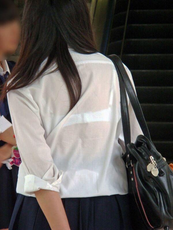 制服からブラジャーが透けまくり (2)