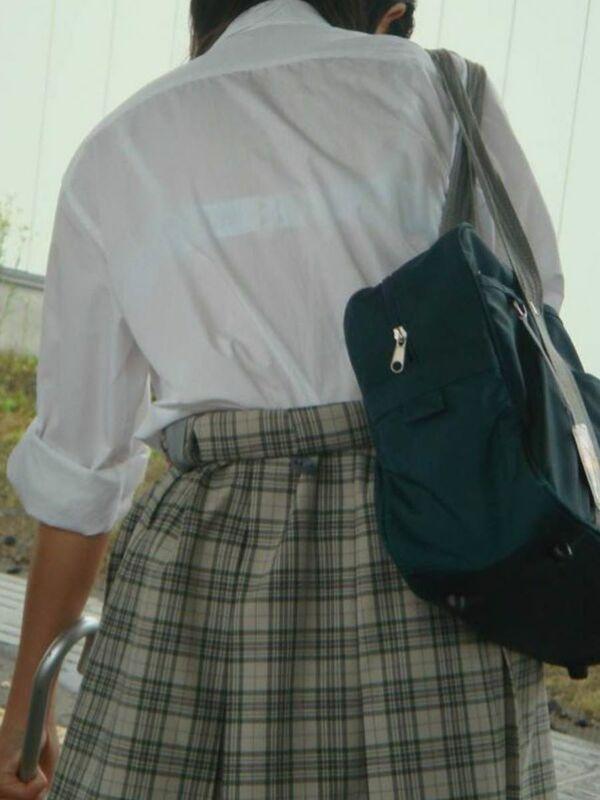 制服からブラジャーが透けまくり (13)