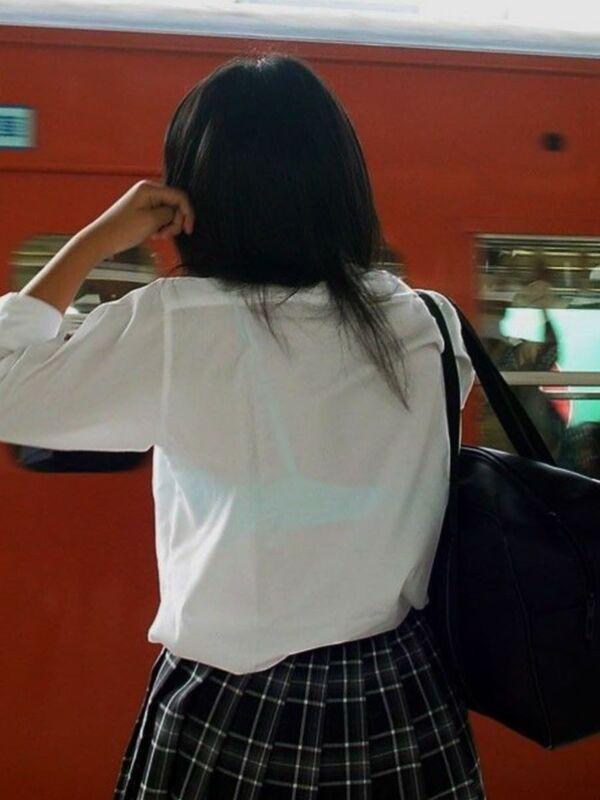 制服からブラジャーが透けまくり (6)