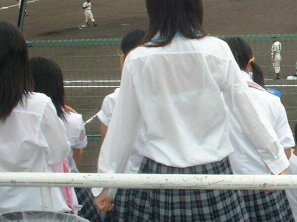 制服からブラジャーが透けまくり (11)