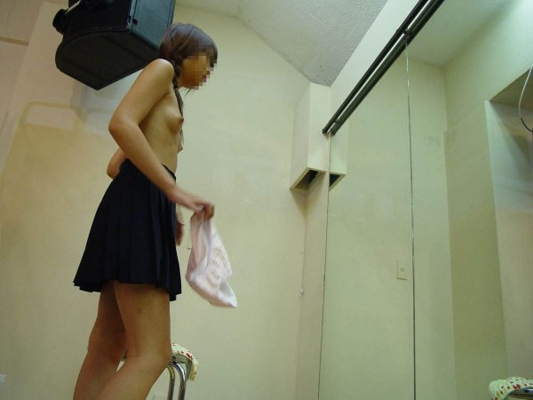 着替えている素人女子を観察 (2)