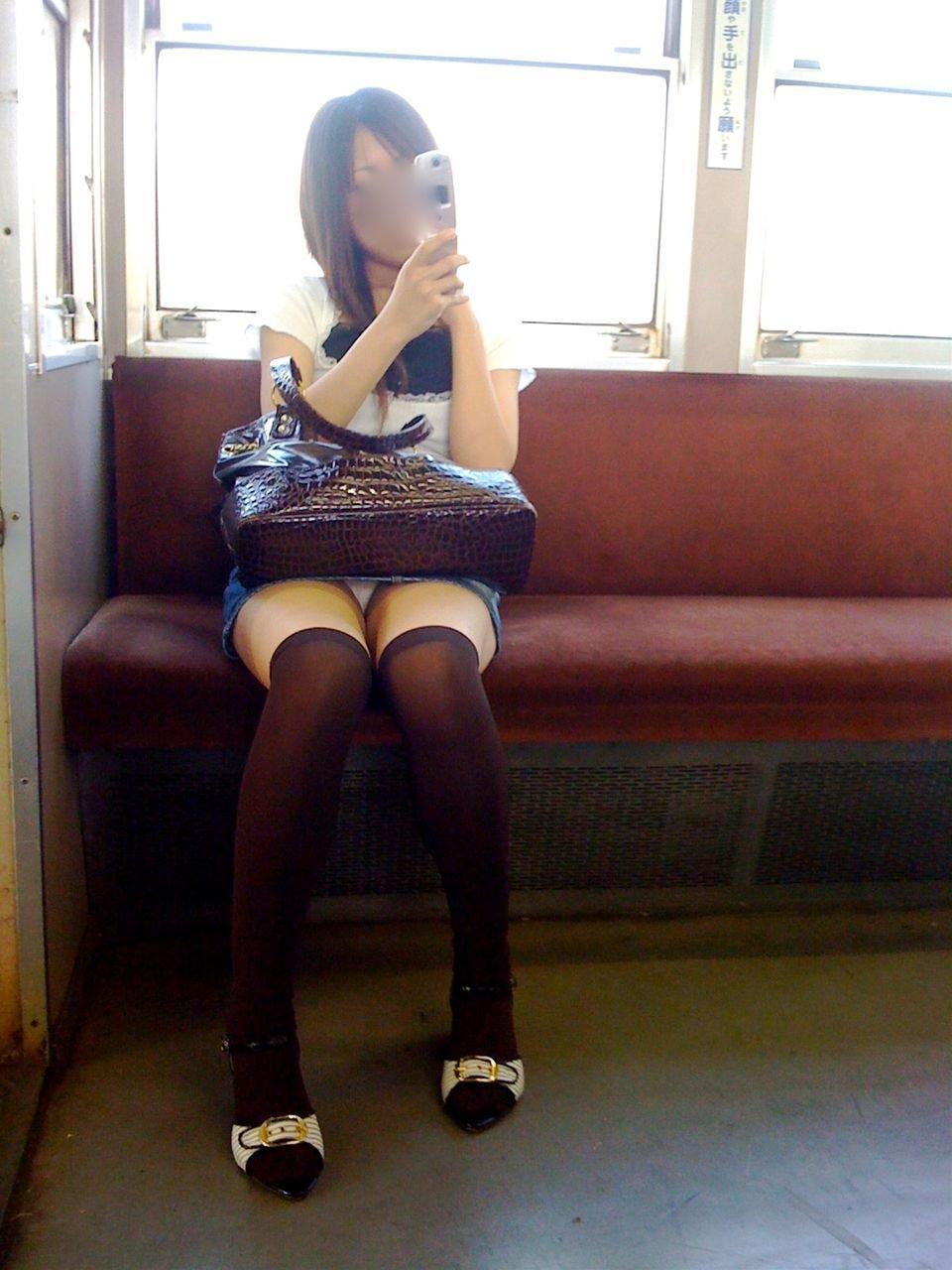 電車内でパンチラしてる (17)