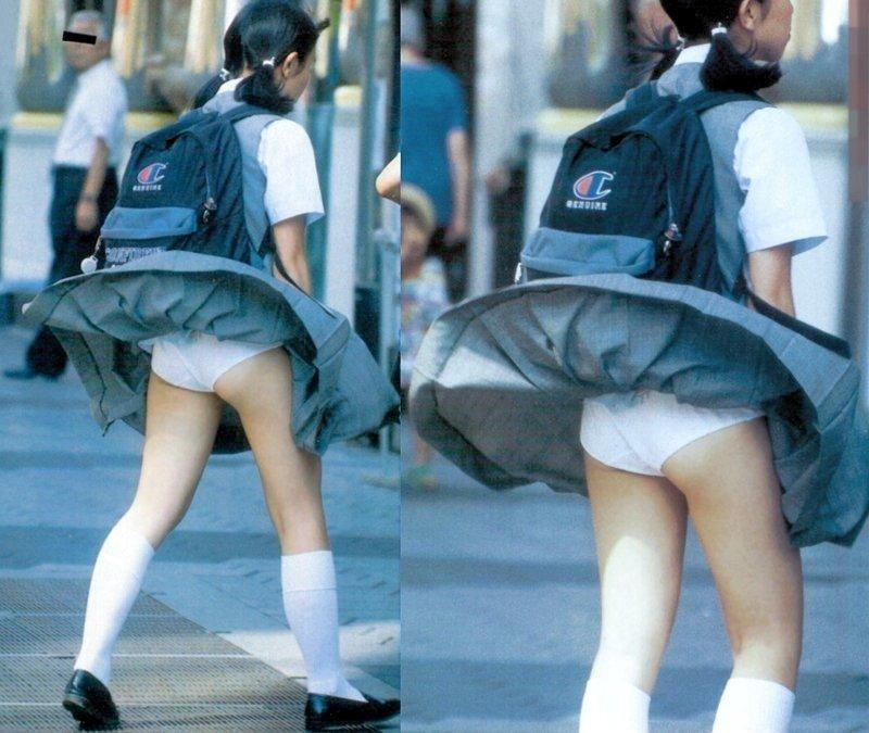 制服のスカートから風パンチラ (12)