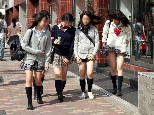 制服のスカートから風パンチラ (9)