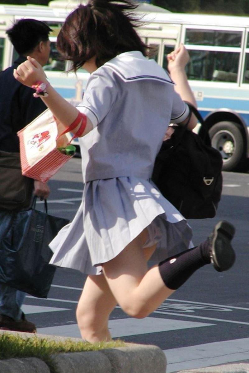 制服のスカートから風パンチラ (19)